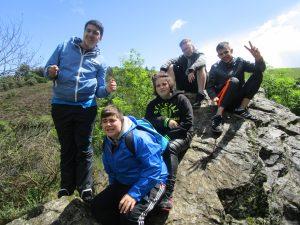 Des jeunes sur le rocher qui sont posés !!