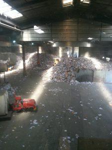Le hangar où décharge les camions poubelles