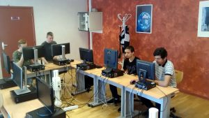 Les jeunes travaillent dans la salle informatique pour écrire des articles !!